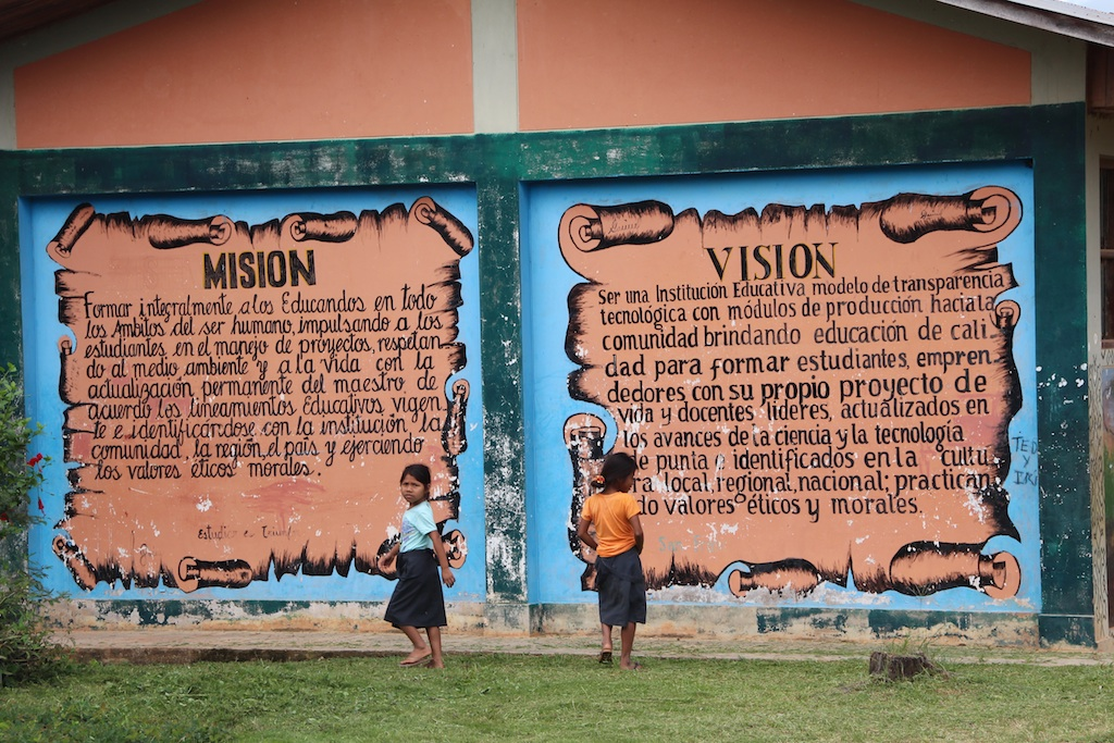 途中意味ありげなメッセージの壁。これ学校?みたいなところに書いてあった。