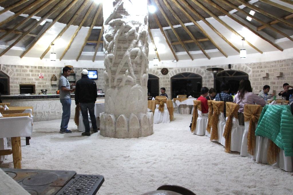 壁、カウンター、柱、椅子、階段、全てが塩で出来ている。
