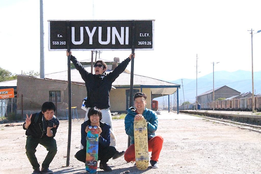 この4人で列車の墓場へ。ウユニ駅での一枚