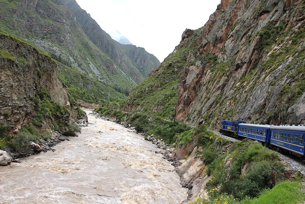 激しい川の流れを横目にマチュピチュ駅へ