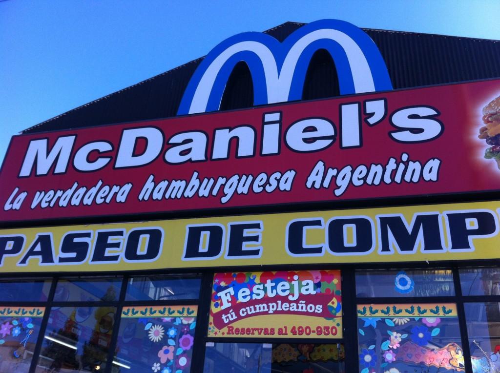 街にあったマクダニエル。マークがアルゼンチンカラーでオサレ。