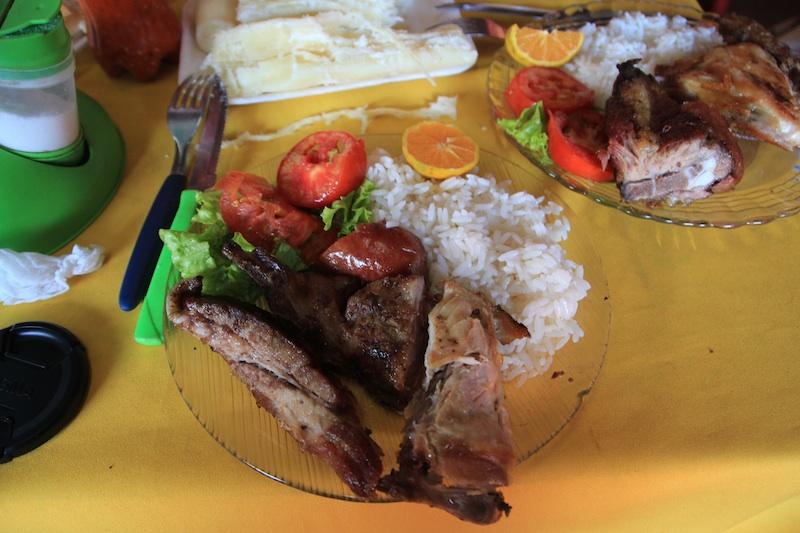パラグアイの初ランチ 肉の盛り合わせとご飯 350円くらい