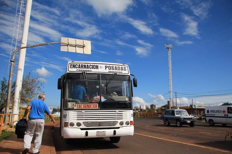 国境を超えるバス