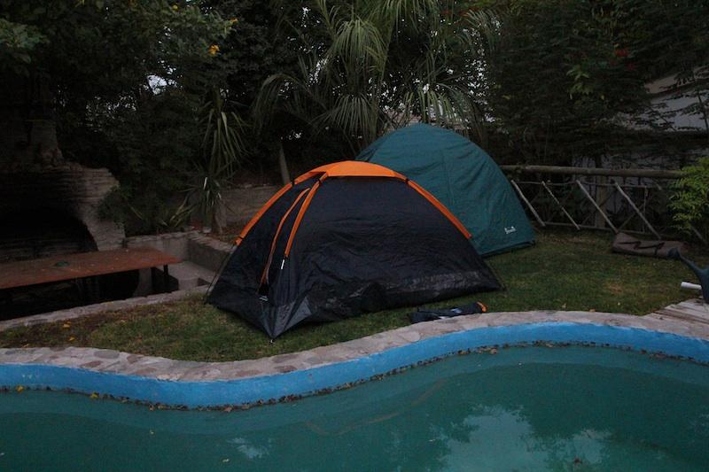人の家にテント