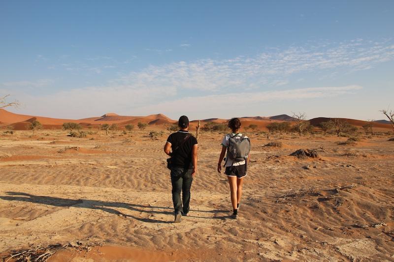 砂漠を歩く2人