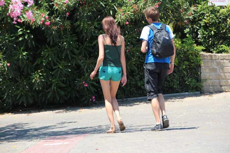 宿内を歩いている人たち。ヨーロッパは痩せてる人多い。スタイルバツグン!