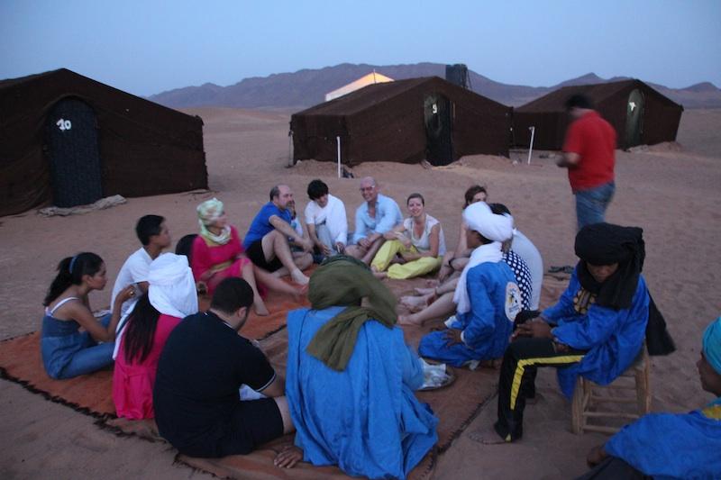 なんか、小さくね?とツアーの皆と話し合うティータイムin 砂漠